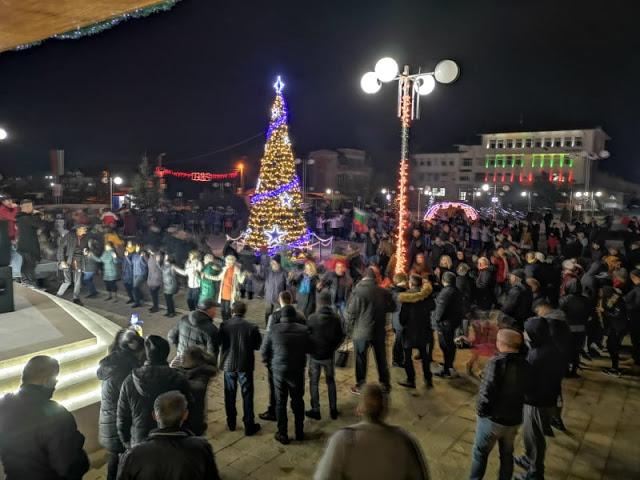 Стотици на площада в Кирково, на хорото се хванаха и гости от Гърция