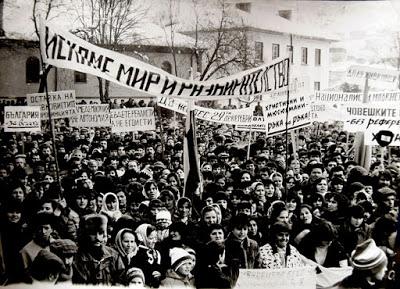 """Демокрация на 30 години: Два митинга, трибуната – ремарке на трактор """"Беларус"""""""