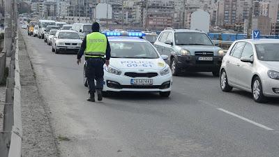 Мотопедист в болница, двама аджамии блъскат коли