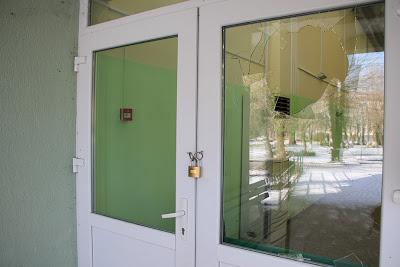 Вандали нападнаха кошчета, счупиха и стъкло на спортната зала в Ардино