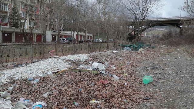 ВИДЕО: Канал, вода, боклуци… край санирано училище
