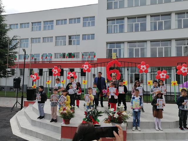 """Дипломи, усмивки и… дезинфектанти! Започва ваканцията за 478 малки ученици в """"Славейков"""""""