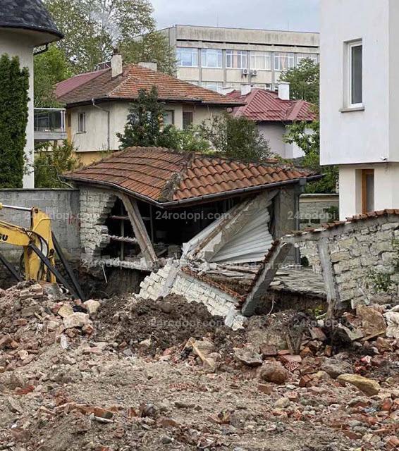 Читателят-репортер: Когато чобани започнат да строят… багер събори къща в центъра на Кърджали(снимки)