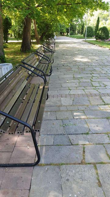 Връщат ремонтираните пейки! Общината: Пазете ги!