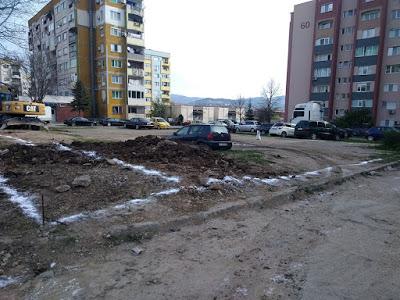 Общината: Теренът пред блок 60 никога не е бил детска площадка!