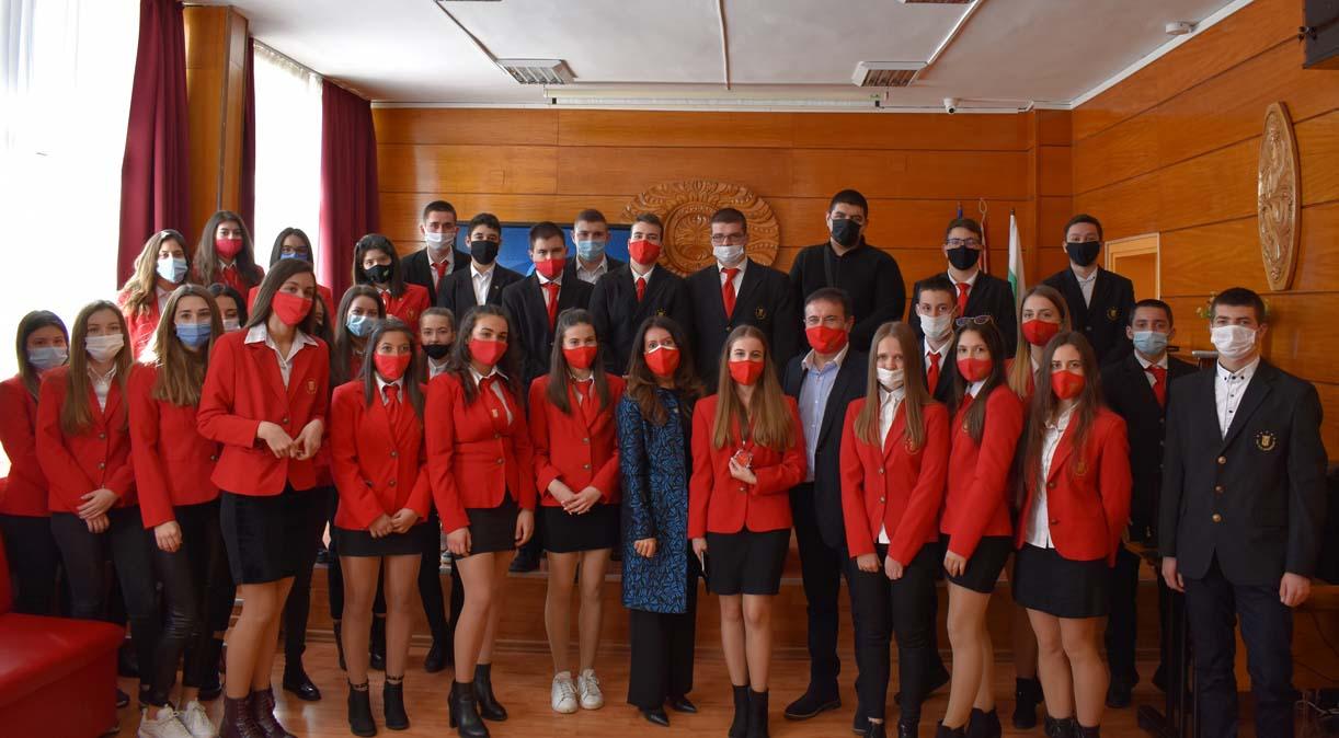 """Посланик Херо Мустафа:  Бих записала децата си да учат в """"училището за шампиони"""" в Кърджали"""