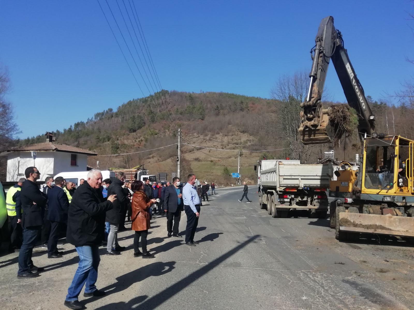 Стартираха ремонтите на отсечките Джебел-Рогозче и Бял извор-Неделино (снимки)