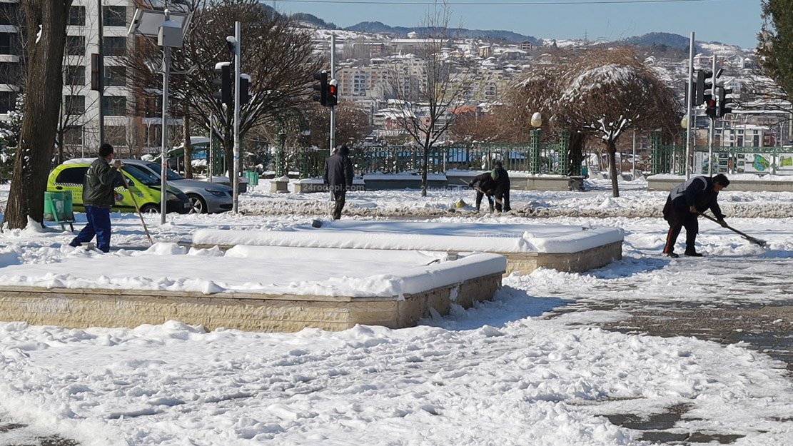 ВИДЕО репортаж: След снеговалежа – усилено чистене по парковете