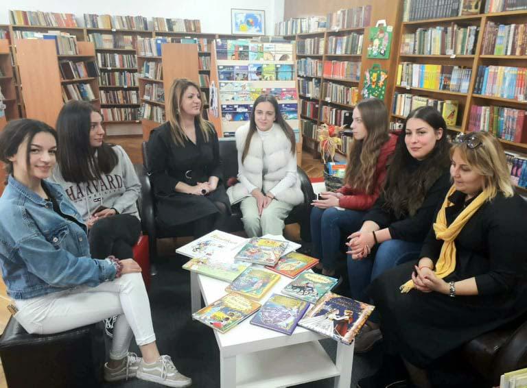 Младежи подариха книги за деца