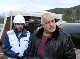 Борисов видя поставянето на тръбите в Кирково, после спря на моста към Птичар…