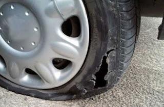 Задържаха мъж, спукал три гуми на автомобил