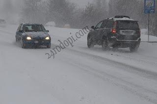 """""""Ауди"""" изгоря в село, закъсали в снега автомобили"""