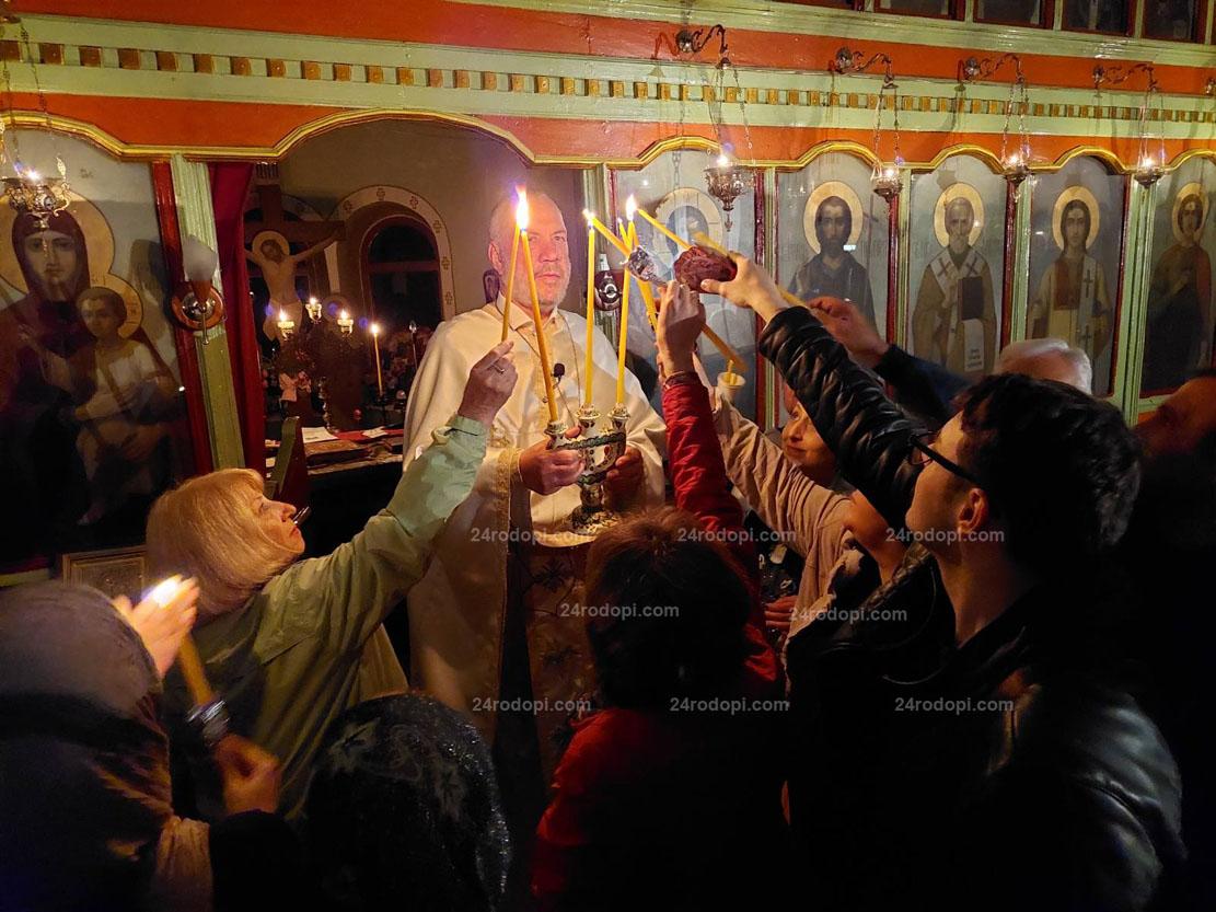 """Хиляди се поздравиха с """"Христос Воскресе!"""" в църквите в Кърджали и региона (снимки)"""