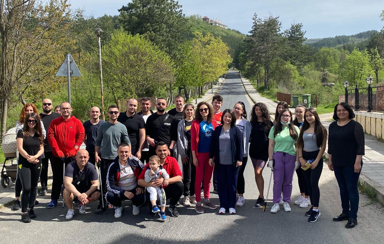 Младежи почистиха пътя за хижата край Момчилград