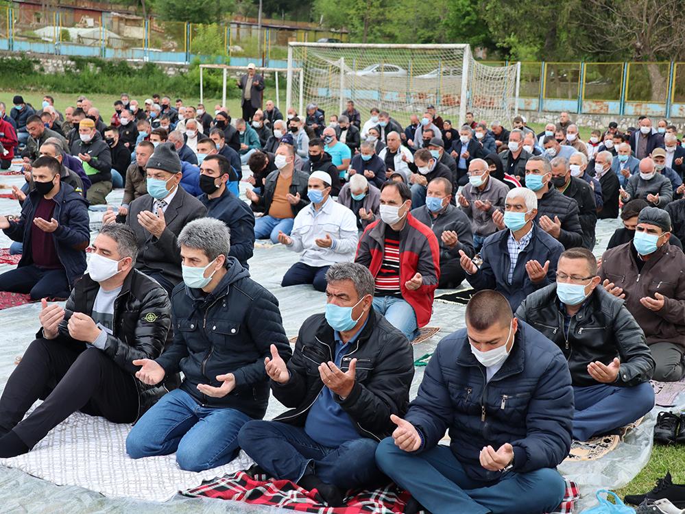 Празничният намаз на стадиона в Ардино