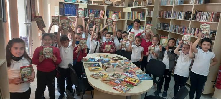 Книжки с приказки от кмета за всички първолаци в библиотеката