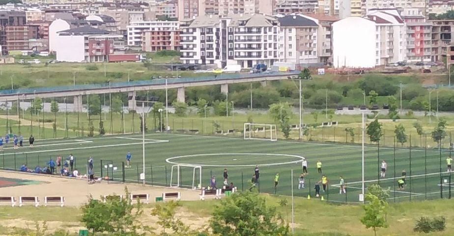 Читателят-репортер: Три отбора тренират на един терен, трябва още едно игрище в парка!
