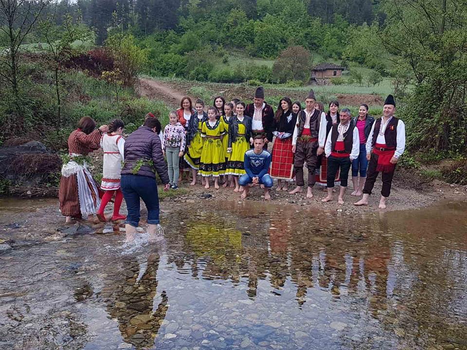 """Уникалният ритуал """"Опяване на китки и бродене на реката за здраве"""" в ТВ-формат"""