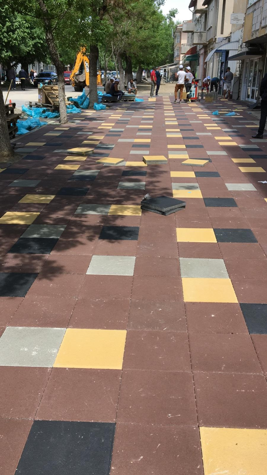 Подменят тротоарните плочки на най-дългата улица в Момчилград