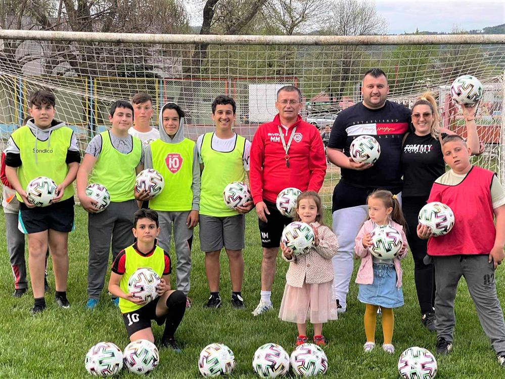 """Гурбетчийско семейство дари футболни топки на децата на """"Юнак"""""""