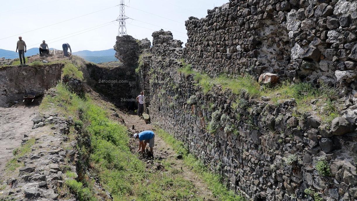 ВИДЕО репортаж: Разкопките на крепостта, където Анри става император…