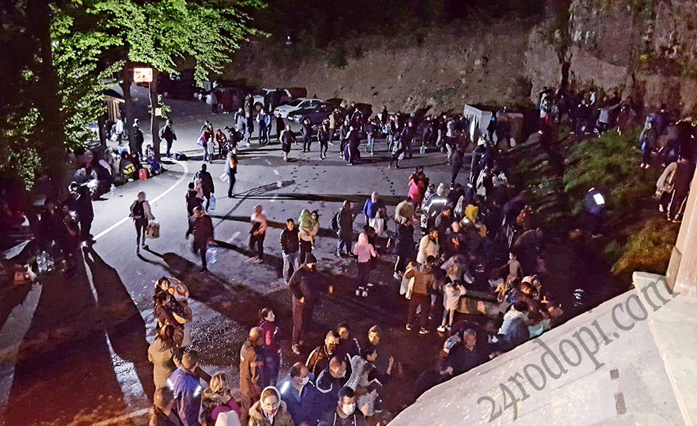 Стотици дочакаха чудодейната вода на Дамбалъ(снимки)