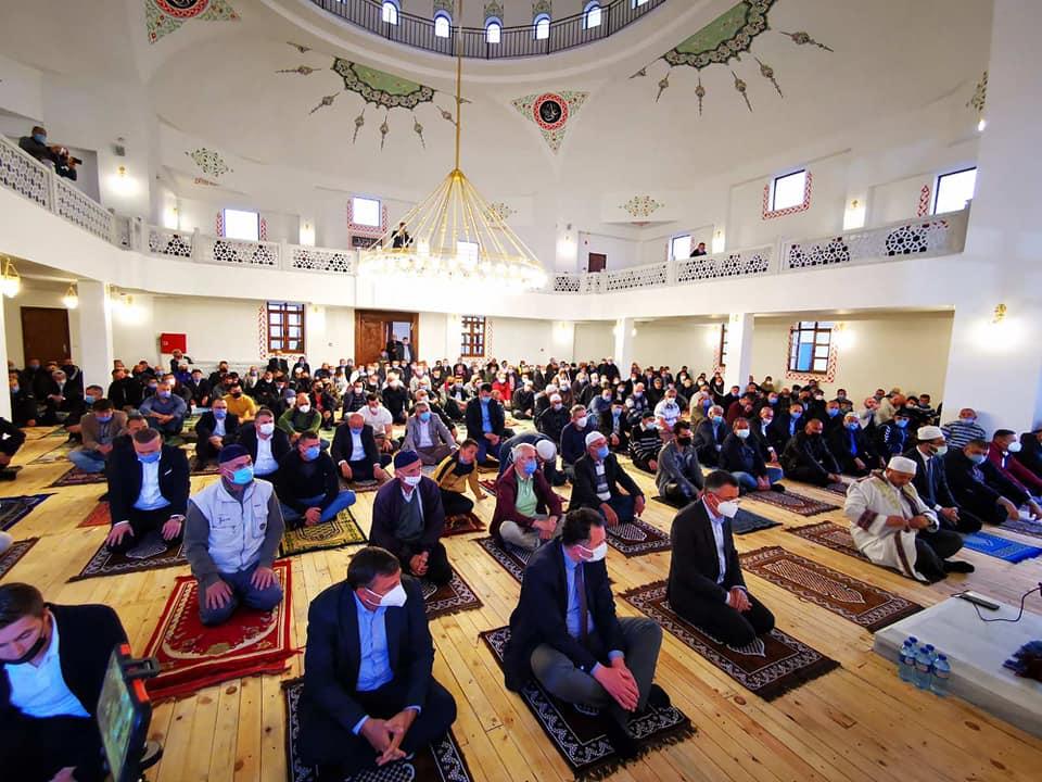 Първа байрамска молитва в новата джамия