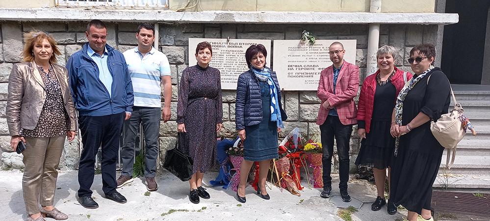 Цветя на паметната плоча на загиналите фронтоваци