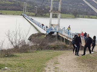 Огнеборци носиха пострадала през моста на Лисиците