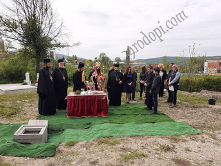 Епископ Арсений освети основите на бъдещия параклис в гробището в Момчилград