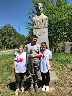 """""""На колене пред народната памет"""": Ученици почистват забравените паметници"""