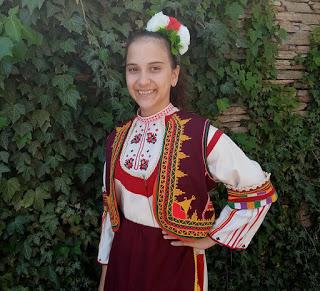 Ваня пее народни песни, печели награди