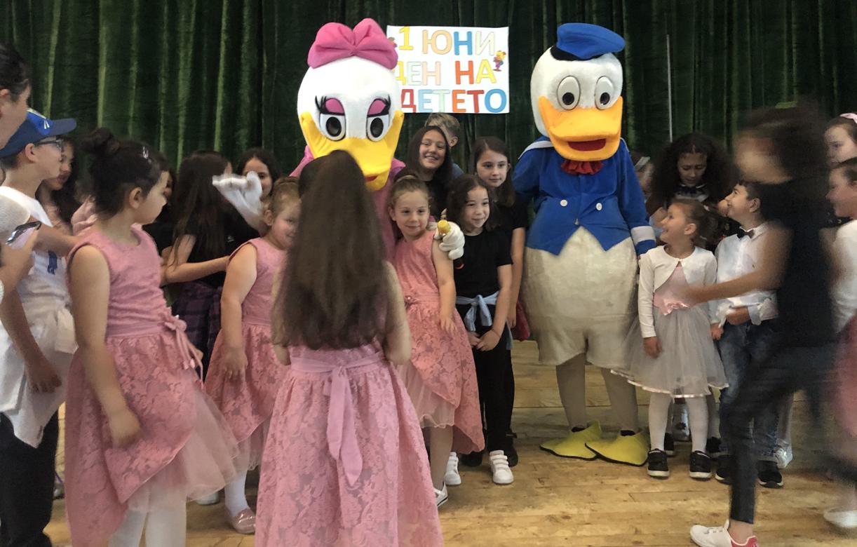 Забавления с аниматори подари на децата кметът на Джебел