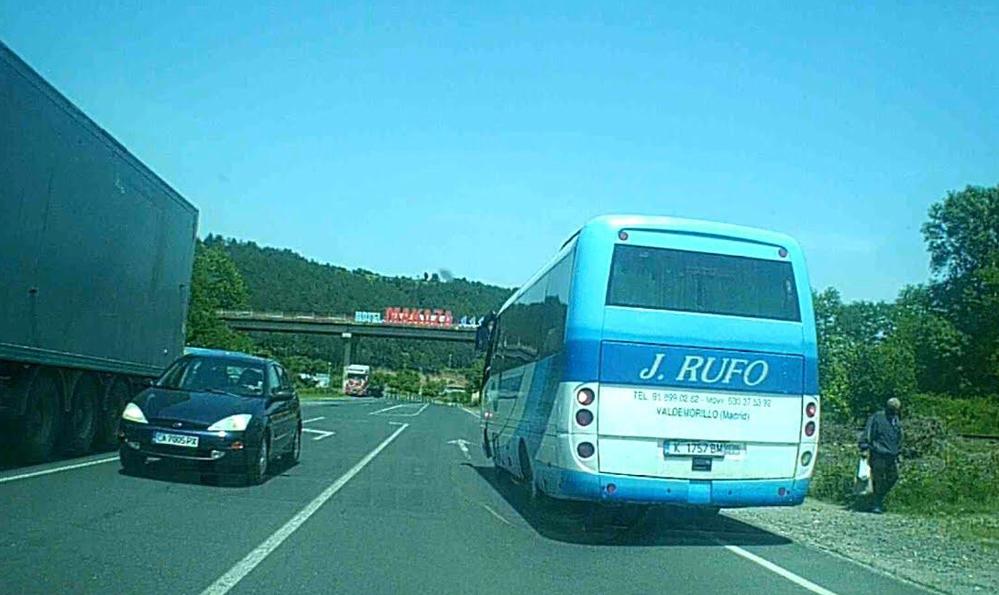 ВИДЕО: Много опасен водач на автобус и един още по-безумно шофиращ лека кола!… Беше си опит за убийство!