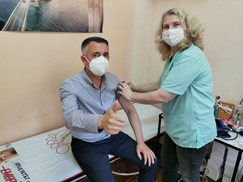 Кметът на Кърджали д-р инж. Хасан Азис се ваксинира срещу COVID
