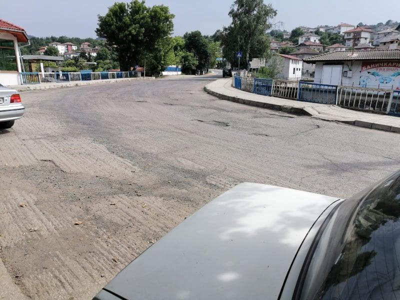 Гневни родопчани: Пътят разкопан, но… къде са 1 500 000 лева, асфалтът, работниците и техниката!? (снимки)