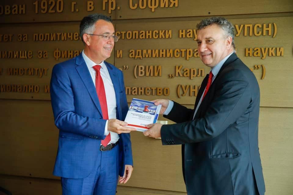 Хасан Азис с книга на български и английски езици за децентрализацията