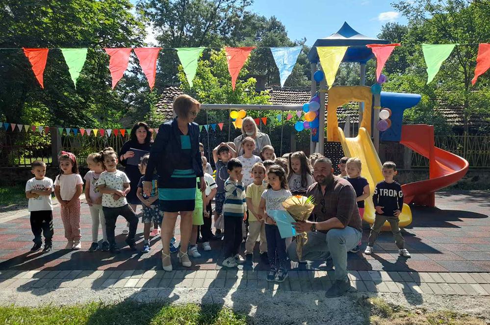 Общински съветник подари площадка за игра в детска градина