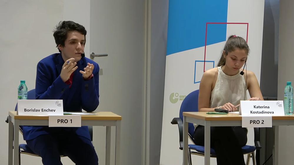 """Борислав от Езиковата дебатира на немски """"задължителната ваксина срещу ковид"""""""