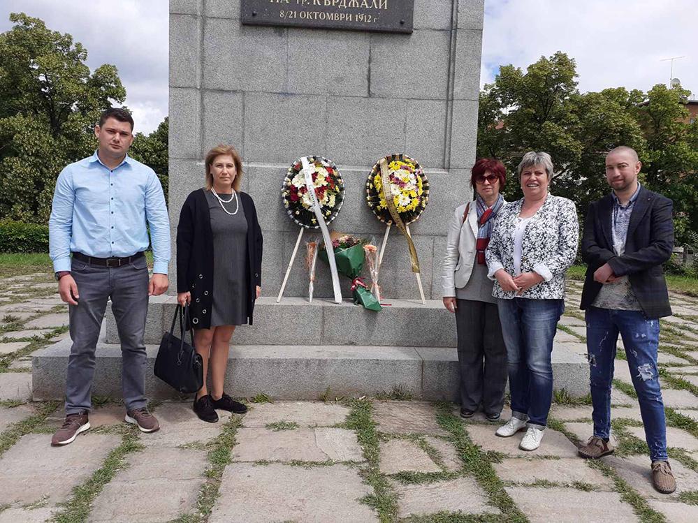 Венци от ГЕРБ на Паметника на освободителите