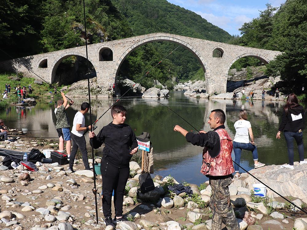 Най-добрият рибар под Дяволския мост е Венци, най-голям карък – Цецо