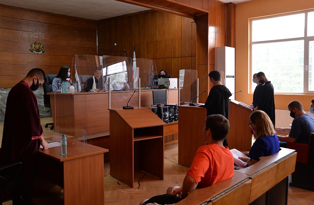 Ученици станаха съдии и прокурори по две дела