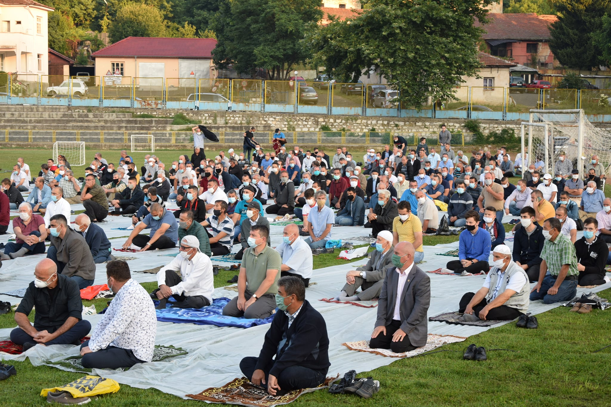 """Стотици ардинци на """"зеления килим"""" на стадион """"Юнак"""" в утрото на 20-ти за празнична молитва"""