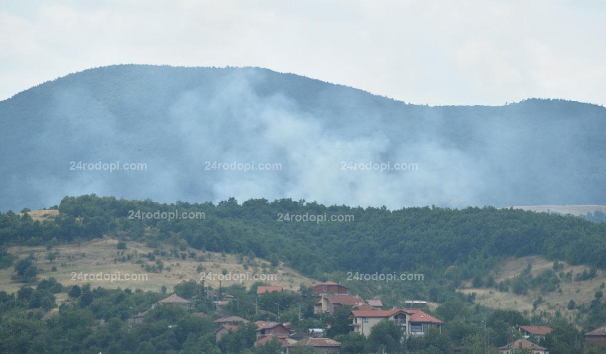 100 дка треви горят край Божурци (снимки)