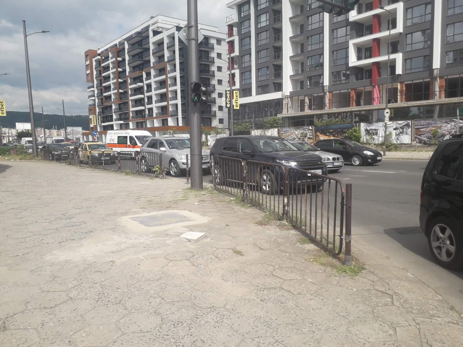 Читателят-репортер: Линейка с тежко болен човек остана 2 минути в задръстването пред светофарите