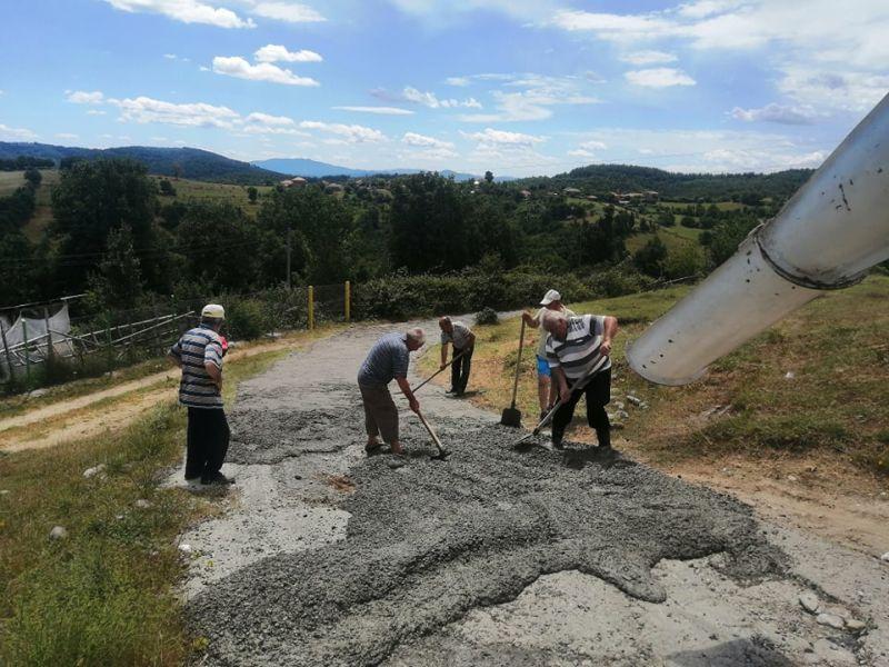 """""""Републиканци за България"""" ремонтираха общински път в Кърджалийско"""