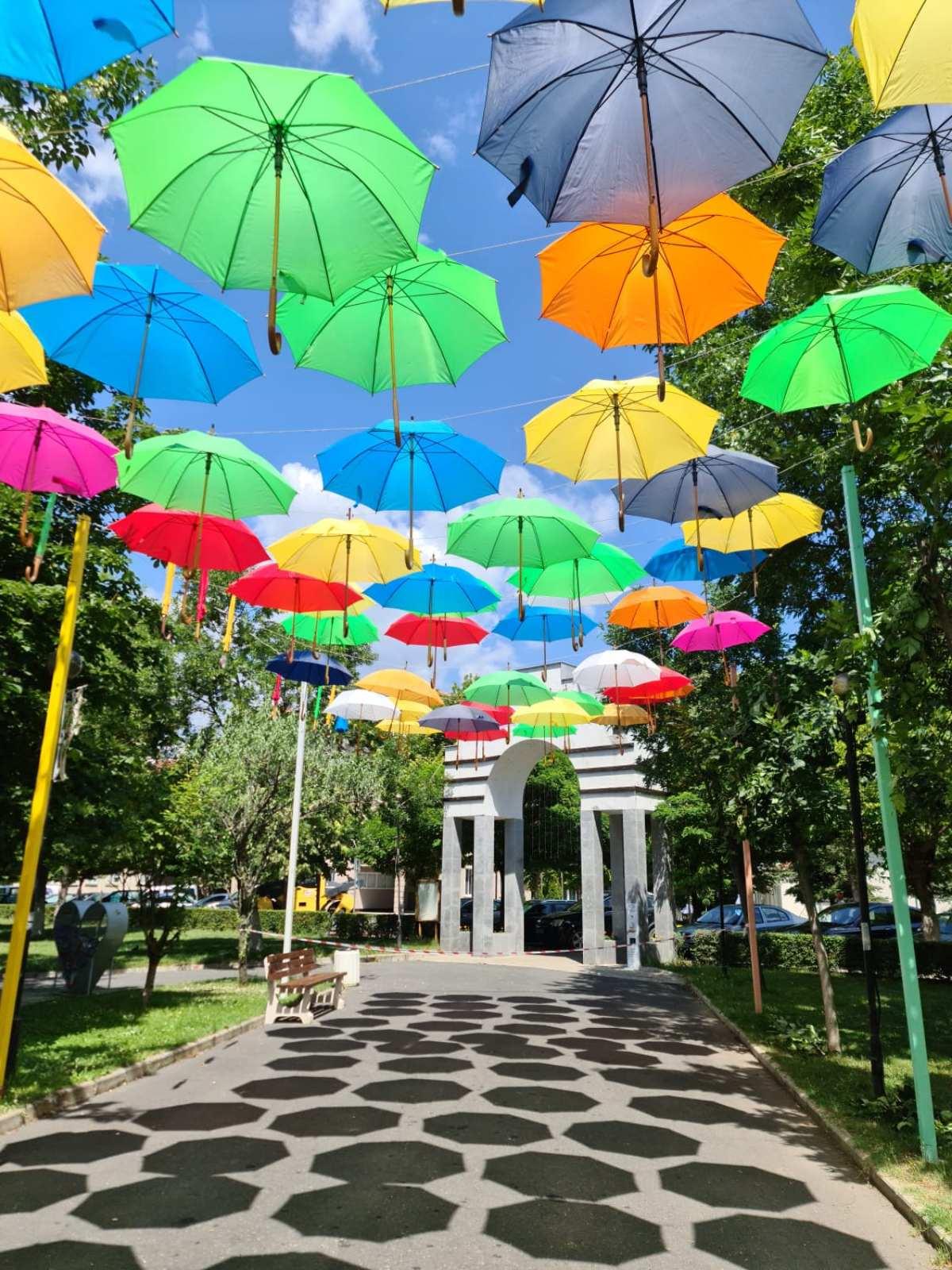 """""""Плаващите"""" чадъри отново красят Момчилград, до концерта на Демет Акалън остават…"""