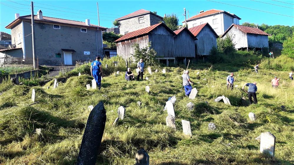 Гробище с плочи на покойници на 300 години…