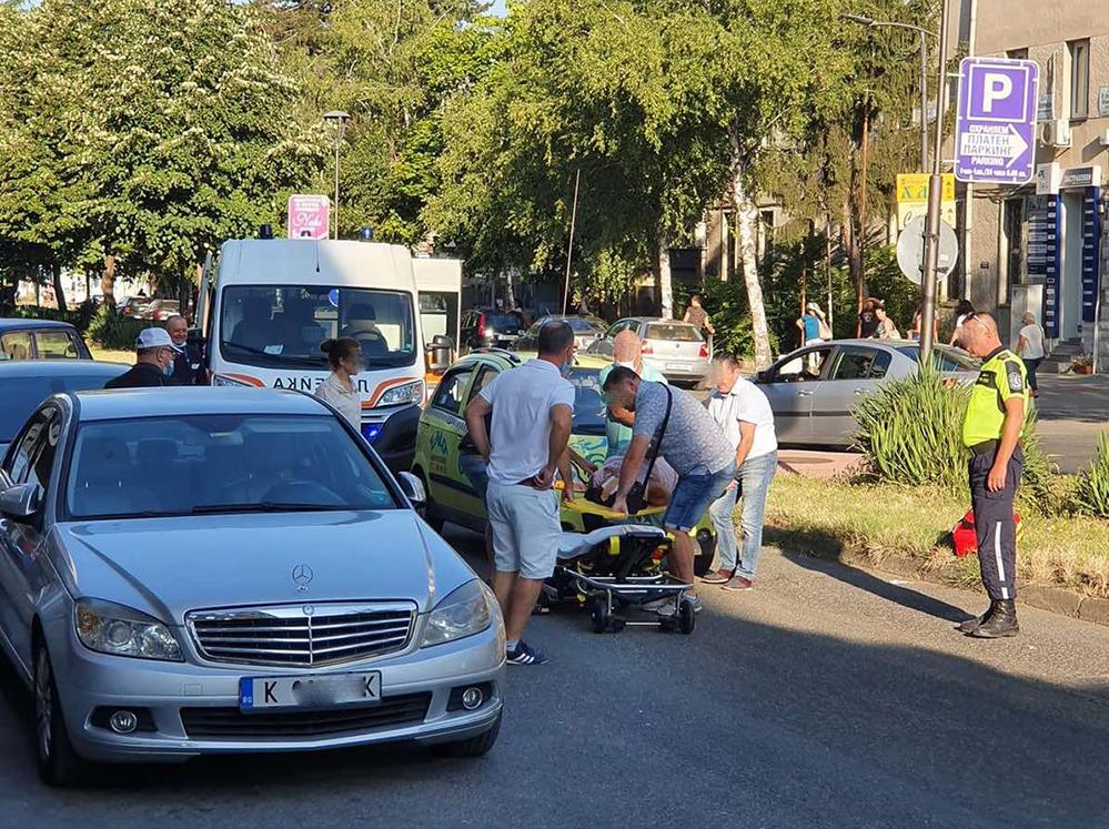 Автомобил блъсна жена пред поликлиниката в Кърджали! (видео)