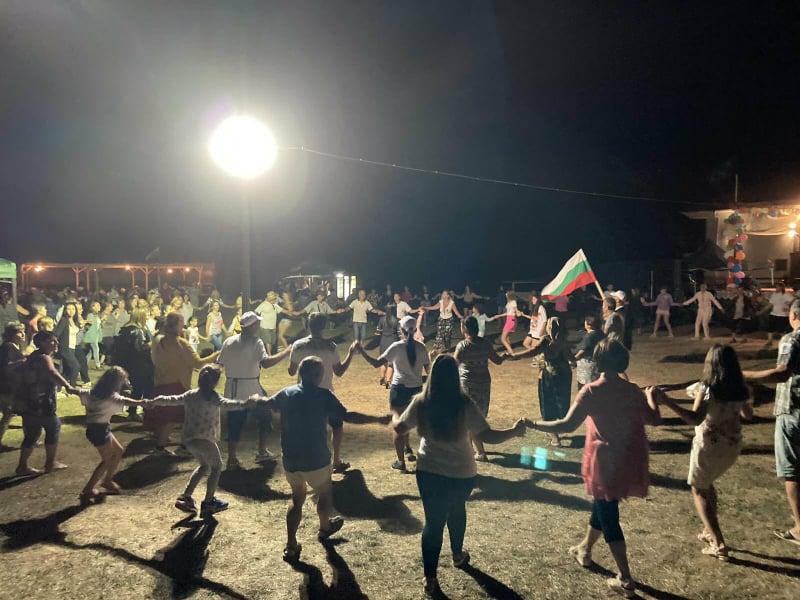 Когато в селото живеят 310 души, но на хорото се хванат над 1000…